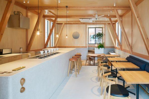 カフェの内装全体図。セメントの研ぎ出しカウンターがある