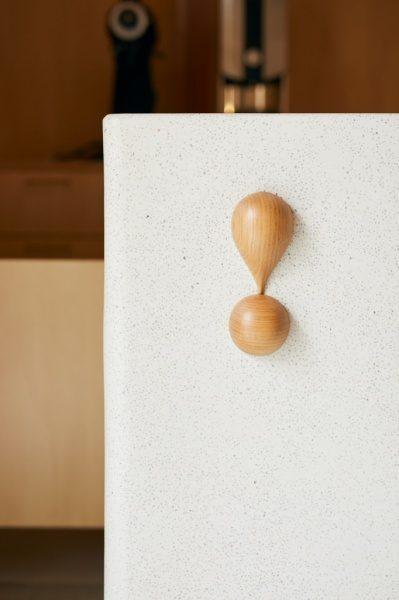 セメント研ぎ出しのカフェカウンター。木のアイキャッチが付いている