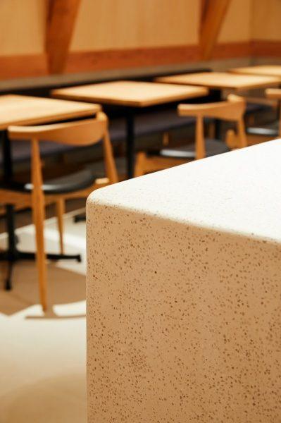 セメント研ぎ出し白竜の種石入りで仕上げたカフェカウンター