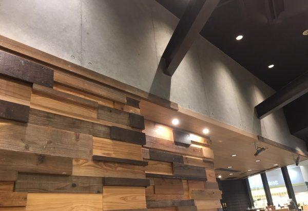 コンクリート打ち放し風仕上げをカフェの壁面に施工