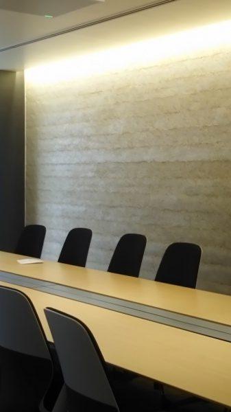 琉球石灰岩の塗り版築のオフィス壁