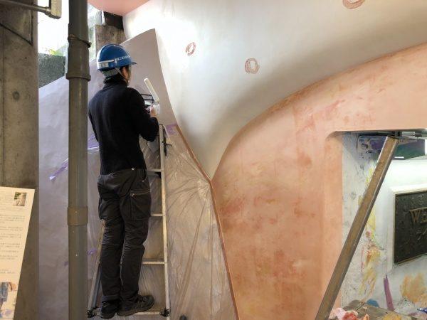 ウイロード再生事業。漆喰にウォーターセラミック塗りつけ中
