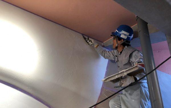 ウイロード再生事業。ウイロード西口の漆喰塗り