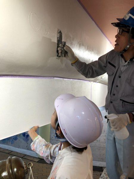 ウイロード再生事業。ウイロード西口。漆喰に鈴で模様付け