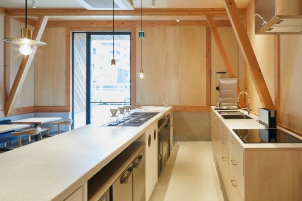 セメント研ぎ出しのカフェカウンター。キッチン内部