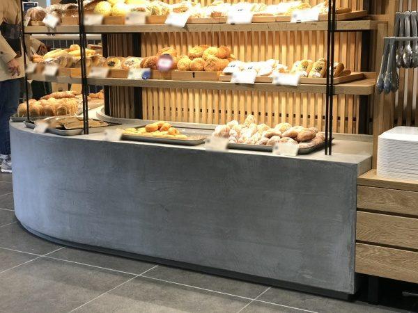モールテックスグレーのディスプレイ台。六本木のパン屋さん