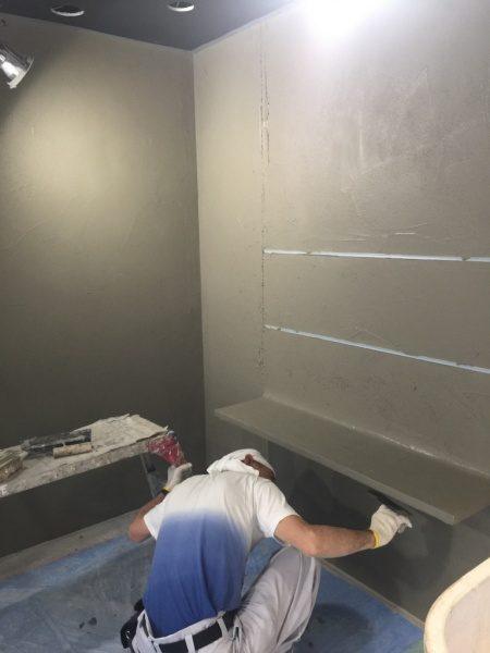 コンクリート打ち放し風仕上げの棚と壁施工中。神宮前のジュエリーショップコアジュエルスに施工