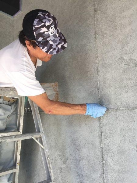 コンクリート打ち放し風仕上げの壁仕上げ工程施工中。神宮前のジュエリーショップコアジュエルスに施工