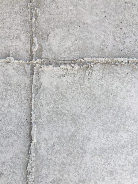コンクリート打ち放し風仕上げの壁の目地部分。神宮前のジュエリーショップコアジュエルスに施工