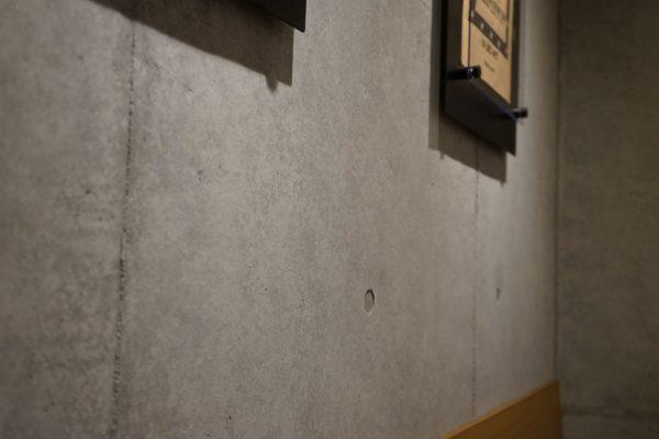 コンクリート打ち放し風仕上げ原田左官施工例。都内カフェの壁