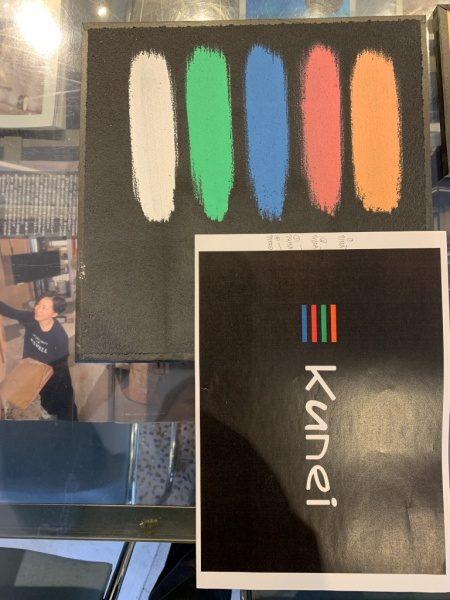 黒の珪藻土の上に塗料を乗せた試作と目標イメージロゴ