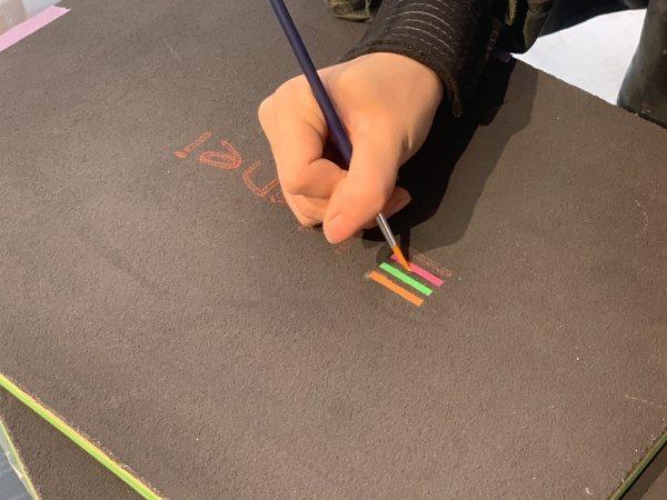 黒の珪藻土にロゴ部分を色付けしている