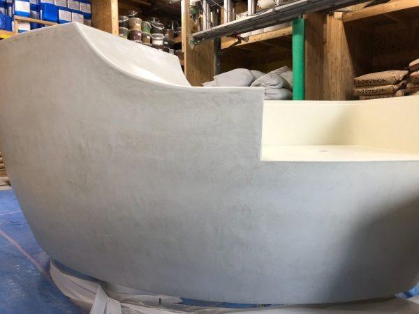 白のモールテックスのカウンター什器。曲面がある。天板を外した状態