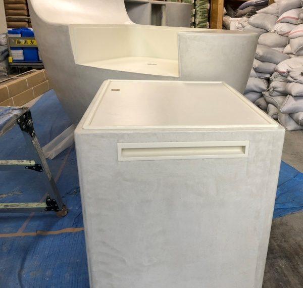 白色モールテックスの曲面カウンター什器とボックス