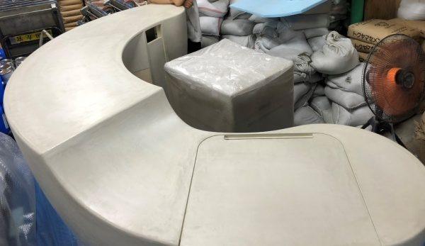 白色モールテックスの曲面のあるカウンター什器
