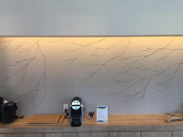 パナソニックホームズ品川展示場。珪藻土木の枝模様のリビング壁。原田左官施工