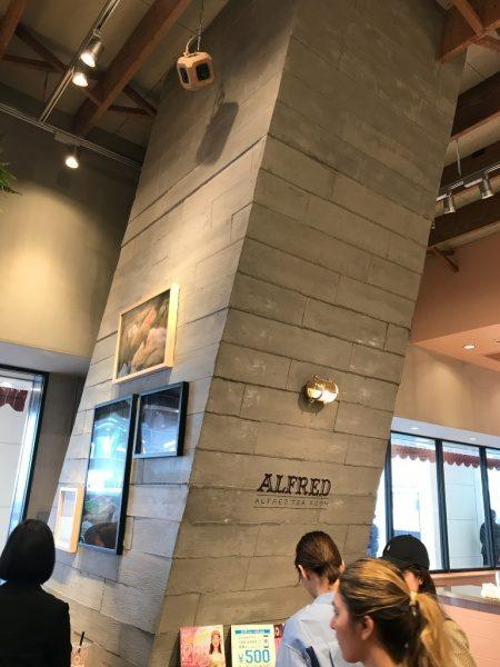 うづくり木目モルタル原田左官施工例。新宿のカフェの柱に施工