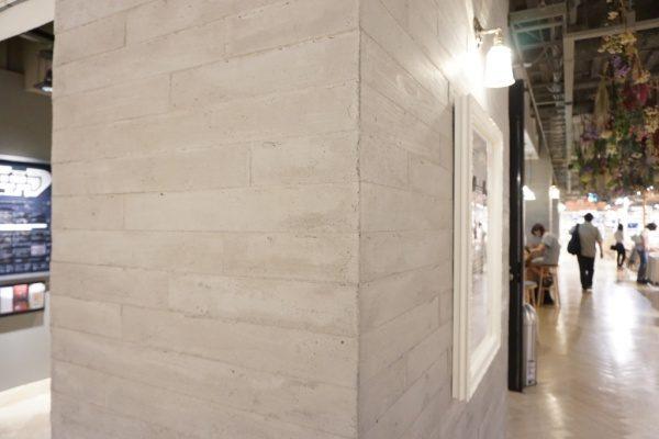 うづくり木目モルタル原田左官施工例。渋谷商業施設の柱に施工