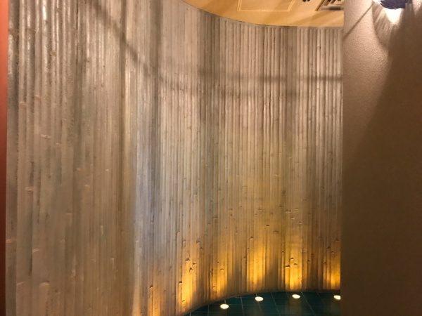 竹模様のモルタルのR壁。日本橋アジアンビストロDai