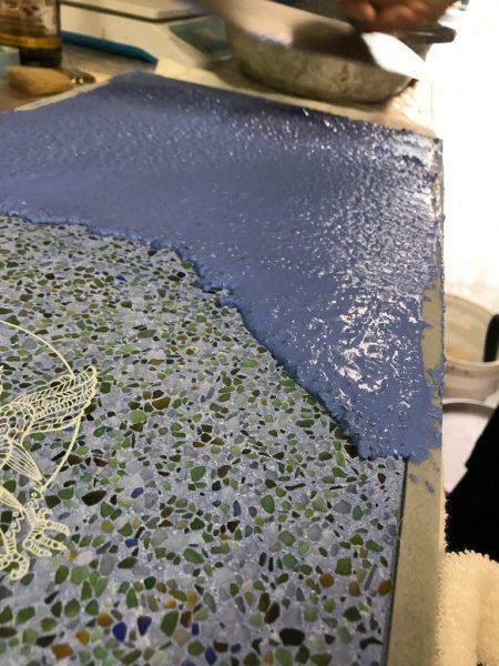 ビールストーン青のレーザー彫刻繋ぎサンプル。乾燥前状態
