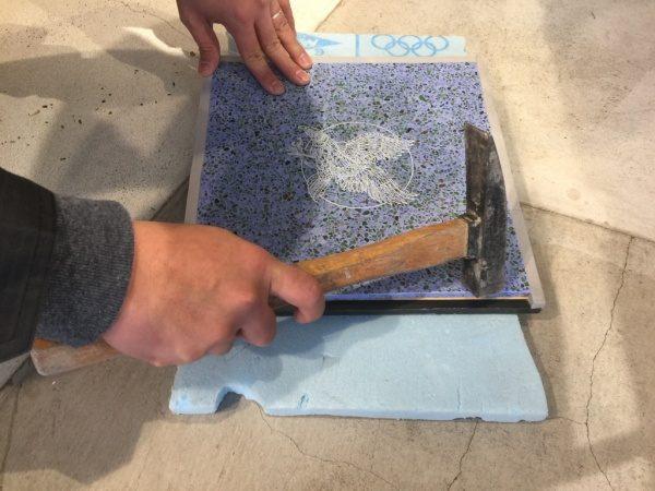ビールストーン青のレーザー彫刻サンプル。塗り足しのためにハンマーで破壊