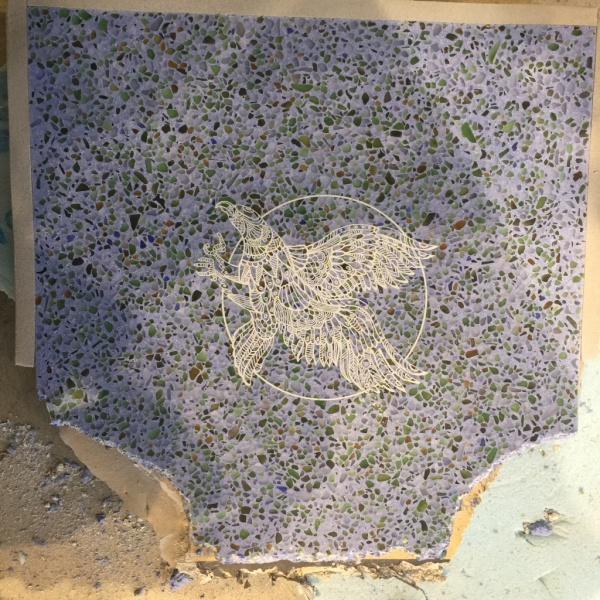 ビールストーン青のレーザー彫刻サンプル。塗り足しのために面1辺を破壊した状態