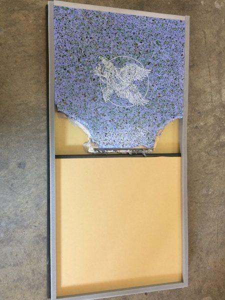 塗り足しサンプル板にはめ込んだ青ビールストーンのレーザー彫刻サンプル