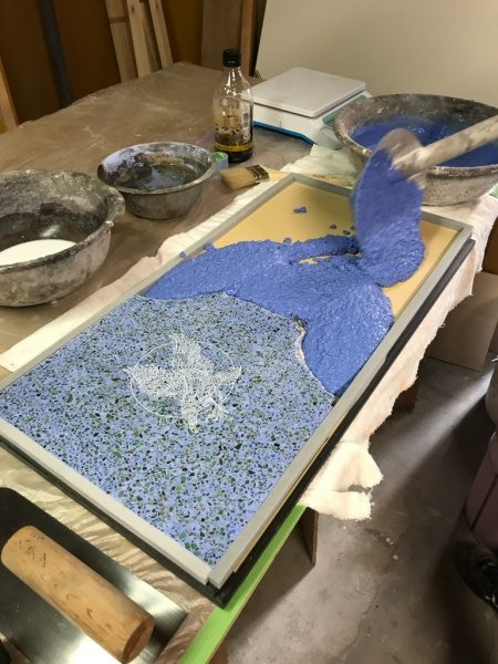 ビールストーン青のレーザー彫刻サンプルに塗り足し作業中