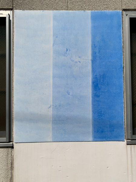 青3色のコンクレタールを漆喰面に試験施工