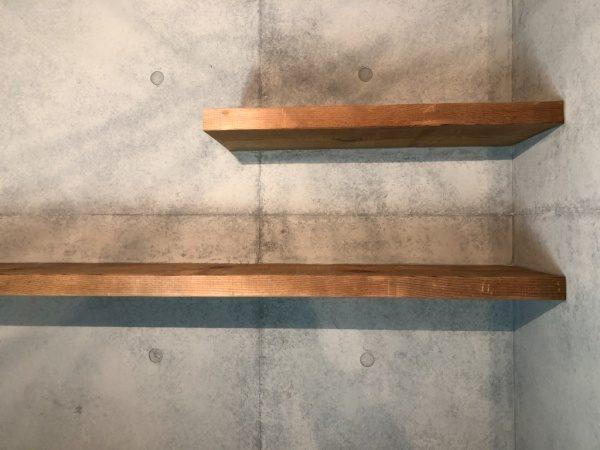 原田左官コンクリート打ち放し風仕上げ壁面に施工。棚板月の壁