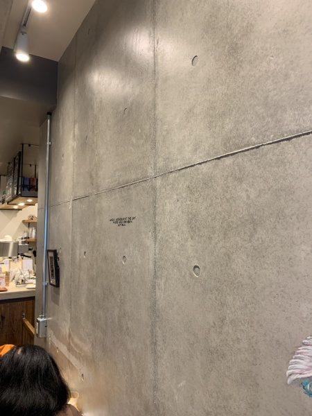 原田左官コンクリート打ち放し風仕上げ壁。カフェの壁面に施工