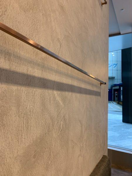 グレー系のモールテックスで施工されたコーヒーショップの壁面。原田左官施工