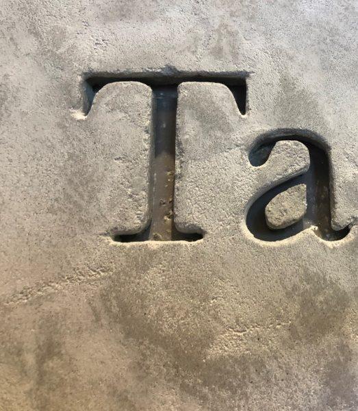 モールテックスで施工されたコーヒーショップの壁面。原田左官施工。掘り込み文字部分のアップ