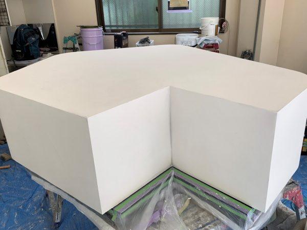オルトレマテリアフィーネの白で施工中の什器。2回塗った状態