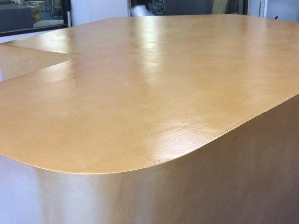 金色の什器。オルトレマテリアで施工