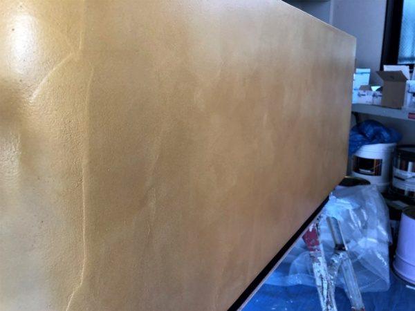 金色の什器。オルトレマテリアで施工。側面