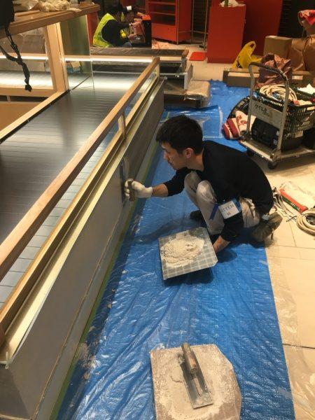 和菓子屋さんの什器へ石膏中塗り施工中