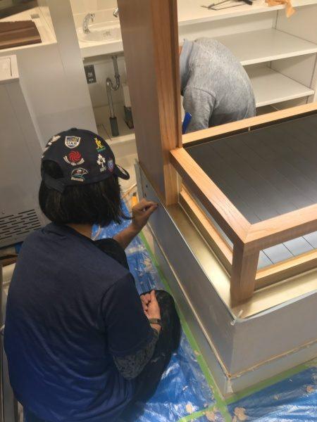 和菓子屋さんの什器へ石膏中塗りに石埋め込み作業の模様