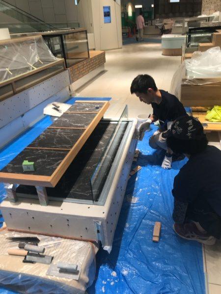 和菓子屋さんの什器へ石膏中塗りに豆大福を見立てた石埋め込み中