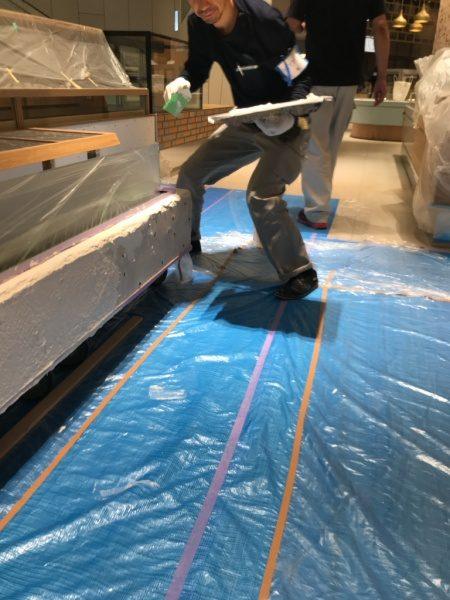 和菓子屋さんの什器へ漆喰仕上げ作業中