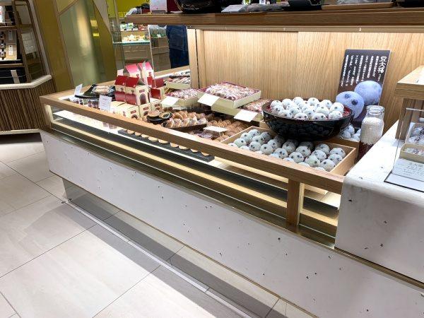 和菓子屋さんの漆喰仕上げの什器、豆大福に見立てて石が埋め込んである