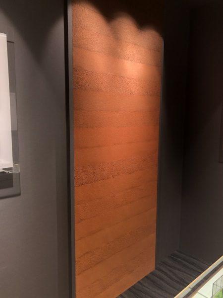 住宅展示場の内壁。赤色塗り版築原田左官施工