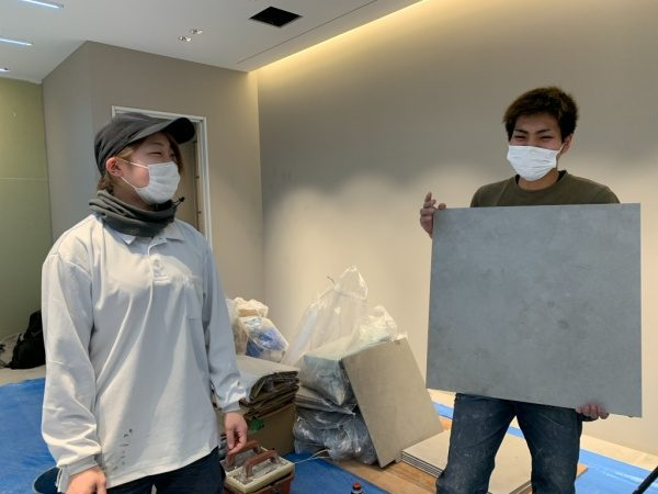 原田左官タイル見習工の土居さんと西泊さん