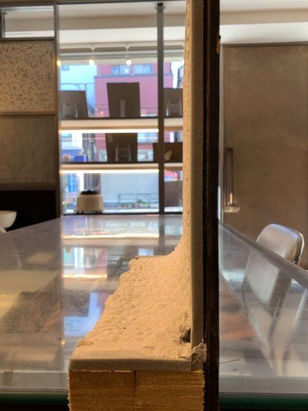 白色の洗い出しネットストーン、壁・床をRで繋げた場合のモックアップ品。R部分