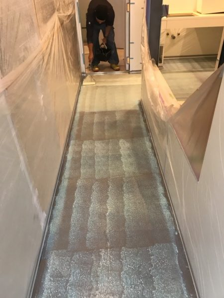 マンション室内床。ビールストーン専用プライマー塗り付け