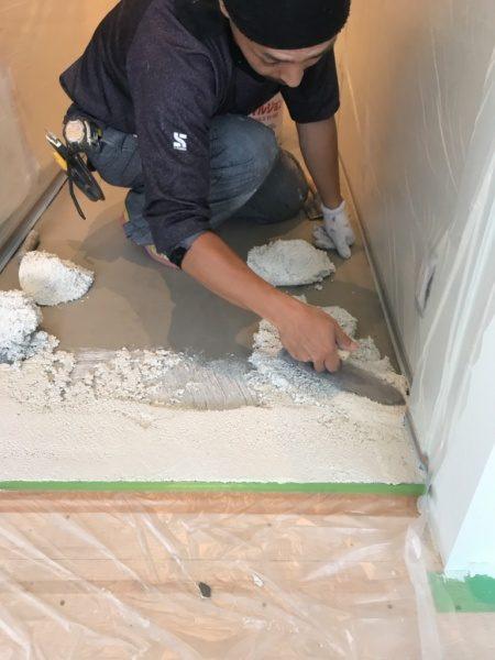 マンション室内床にビールストーン塗り付け