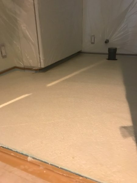 マンション室内床。塗り付け直後のビールストーン