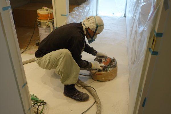 マンション室内床のビールストーン施工、研磨工程