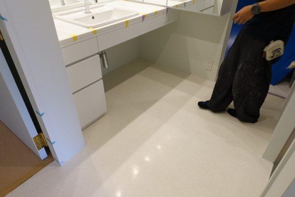 マンション室内床のビールストーン施工、最終研磨後の仕上がった状態で光沢がある