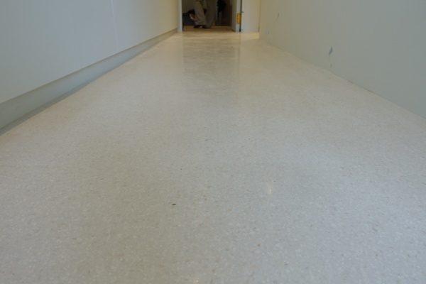 マンション室内床のビールストーン施工、廊下部分